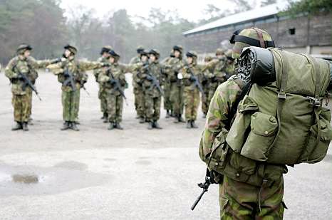 naisia armeijassa suomalainen