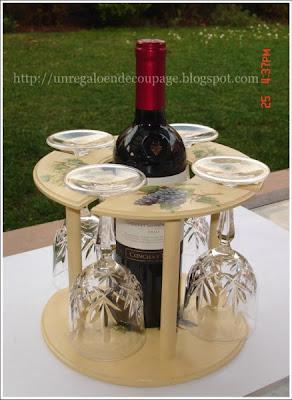 Un regalo en decoupage porta vino circular - Muebles para poner botellas de vino ...