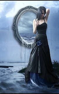 Девушка у зеркала.