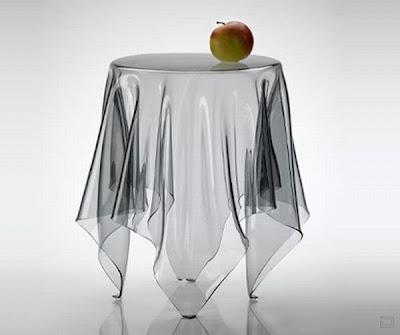 Яблоко на столе из стекла.
