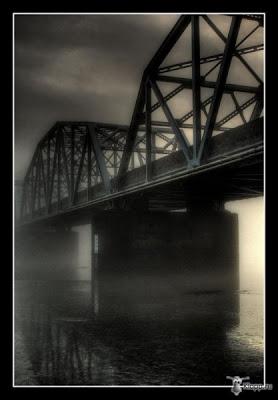 Стальной мост через реку.