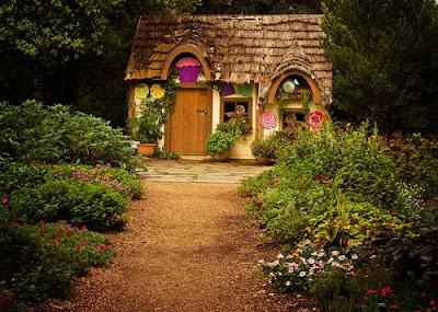 Креативные дома - дом в виде бревна. Необычный дизайн дома фото креатив. Каменный забор возле дома, оформленного под поваленное дерево. Загородный дом оригинальный дизайн. Необычные картинки.