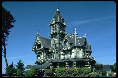 Креативные дома в виде замка. Сказочный дом в виде средневекового замка с башней. Сказочные дома с башенкой картинка, фото. Необычный дом фото креатив. Красивый дом в загородном поселке. Двухэтажный дом с башней в средневековом и сказочном стиле фото.