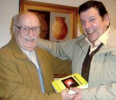 EL Prof. Rípodas Márquez entregándome su nuevo libro