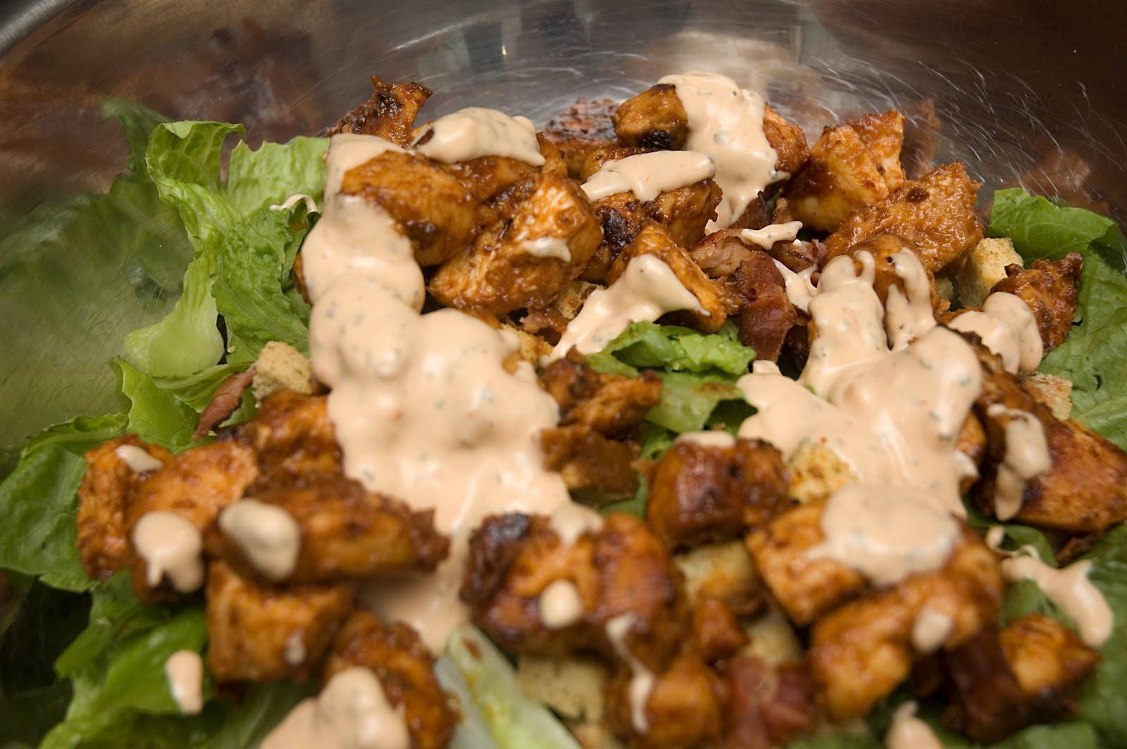 Salade c sar ti de au poulet grill sauce ros e - Recette salade cesar au poulet grille ...