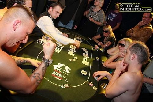 Turnamen Poker Strip Dengan Peserta Tanpa Busana