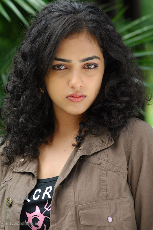 Nitya Menon Cute Looking Stills from Ala Modalaindhi Telugu Movie navel show