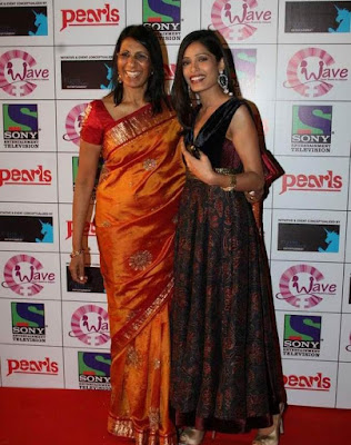 Freida Pinto with mother