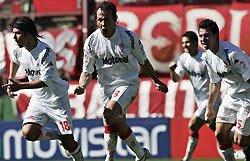 Festejo del gol de chilena de Leandro Diaz a Independiente