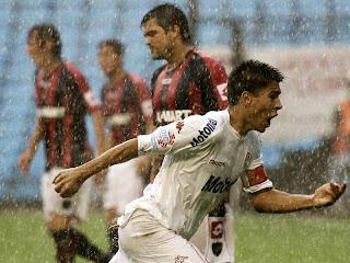 Festejo del gol de Paolo Goltz en Huracán - San Lorenzo bajo la lluvia