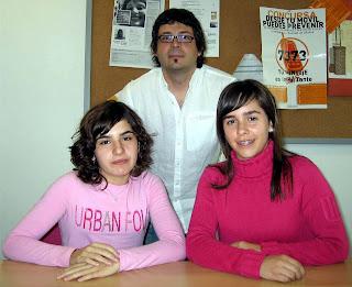 Foto de La Verdad. Isabel (I) y Ángela (D), junto a su profesor.