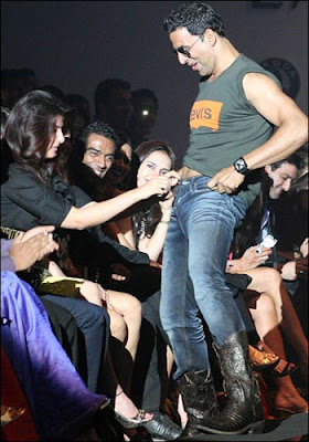 Twinkle Khanna - Akshay Kumar Unbuttoning act at 2009 LIFW lands them in a soup...