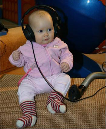 http://2.bp.blogspot.com/_aGbuJrV_-HM/S8FW4FdSROI/AAAAAAAAAOc/WZwAIjUS7kI/s1600/baby+listen+music.jpg