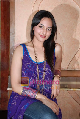 http://2.bp.blogspot.com/_aL2w1efk5fU/TJm8azO9-WI/AAAAAAAACiA/xFMvKUt92Cg/s400/PUREMASALABLOG_HOT_DABANGG_ACTRESS_normal_Sonakshi+Sinha+at+Pallavi+Jaipur_s+showcase+in+Rio+Lounge+on+24th+March+2009+%289%29.JPG