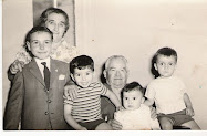 Cesarea Senar y Francisco Ezquerra con sus nietos