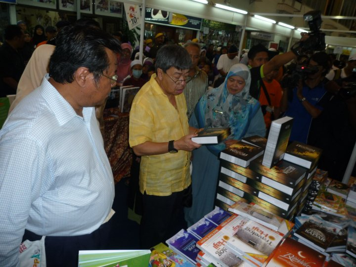 Kelihatan DYMM Sultan Selangor bersama Menteri Besar Selangor, ketika