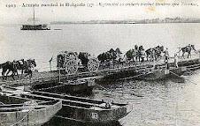 Armata Română trecând Dunărea pe un pod de vase la Zimnicea, în campania pentru Turtucaia, 1913