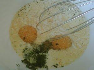 Ingredientes para el batido de la tortilla en un bol.