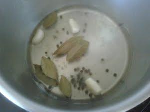 Calentar el vinagre con el laurel y la pimienta.