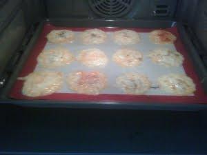 Poner al horno los montoncitos de queso aderezados.