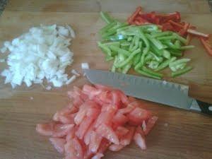 Pelar y trocear las verduras.