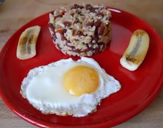 Gallo pinto con huevo frito y plátano maduro.