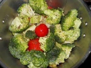 Poner, sin agua, las verduras en la olla a presión.