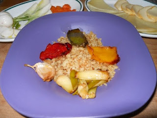 Migas de pan, con sus tropezones, acompañadas de queso, cebolleta, rabanitos y zanahoria en vinagre.