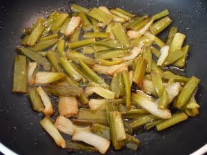 Freír los ajos tiernos.