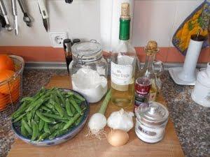 Ingredientes para los guisantes en salsa.