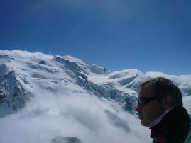 Mirando de cerca la cima del Mont Blanc en Chamonix