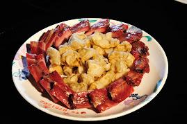 臘肋排先切塊、蒸熟後,用熱油炸一下下;或置入烤箱略微再烤香,最讚吃法耶!
