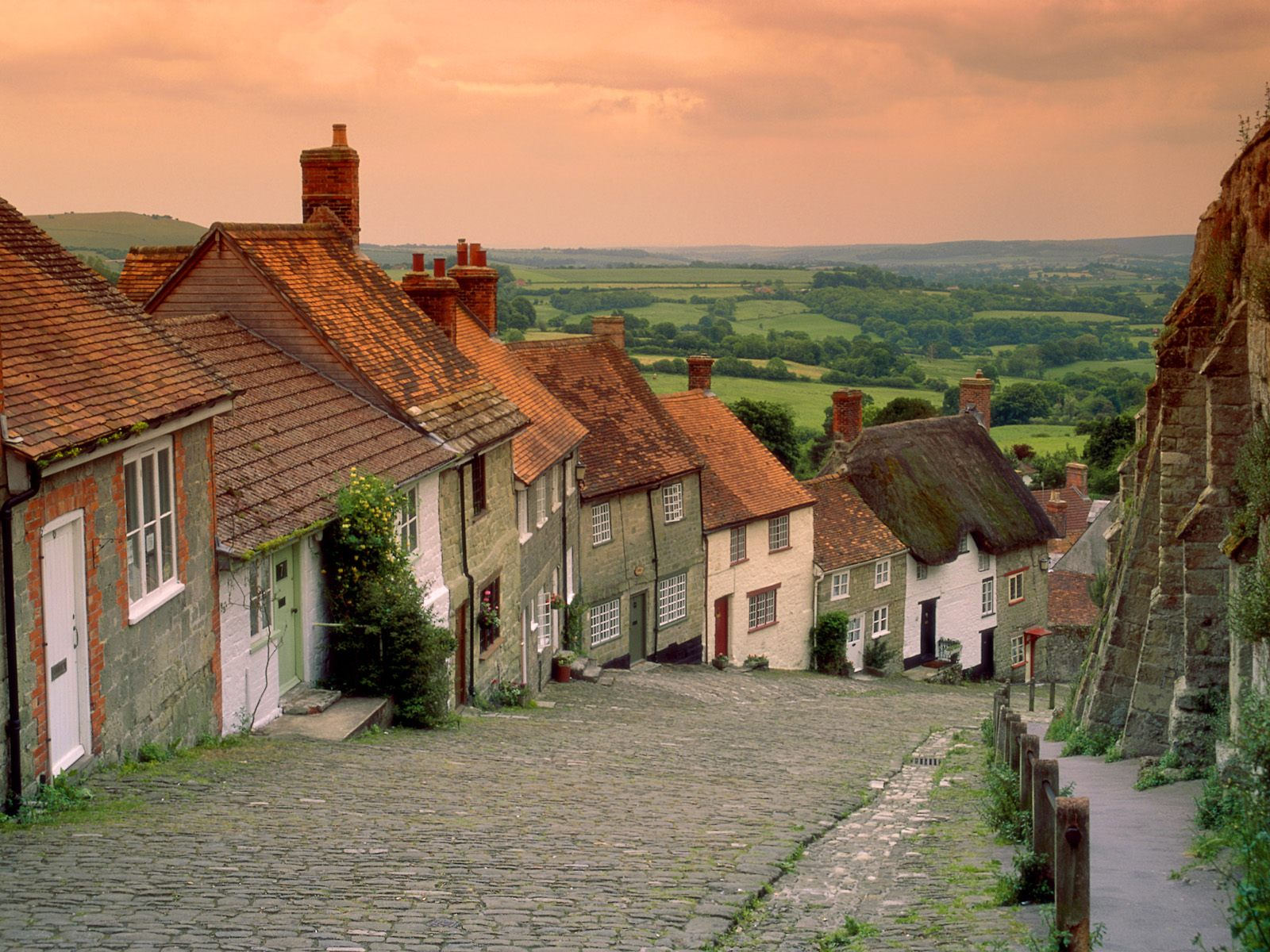 http://2.bp.blogspot.com/_aWMnfa5g5E0/TMZjOz6Wv5I/AAAAAAAAA_s/ydjbURIqNUs/s1600/Gold+Hill+Cottages,+Shaftesbury,+England.jpg