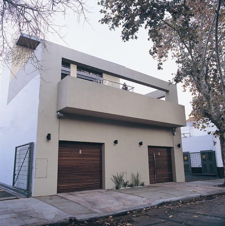 Punto arquitectonico casa moderna entre medianeras for Casas minimalistas en argentina