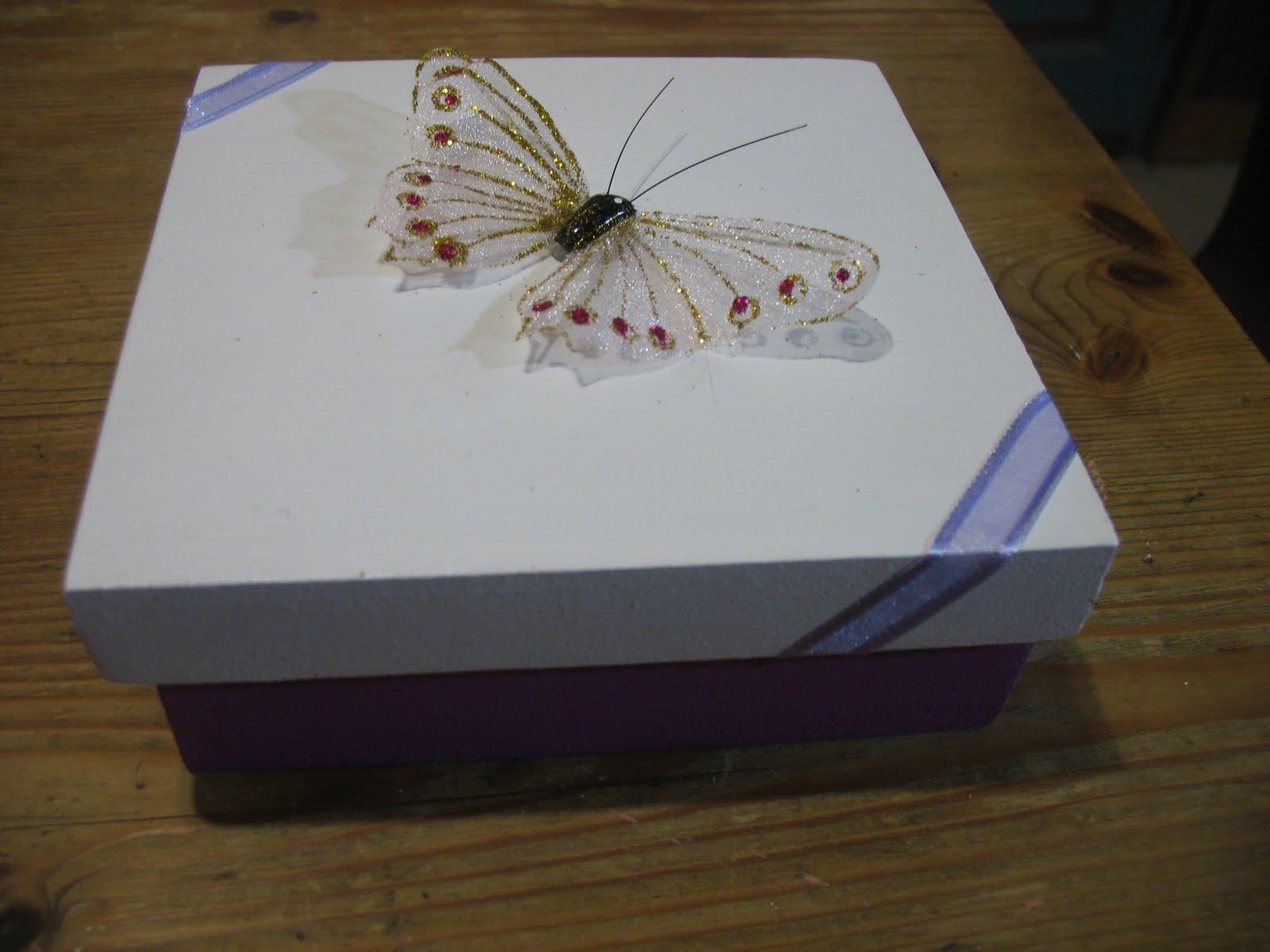 Artesanias en Madera Caja decorada con mariposa y cintas