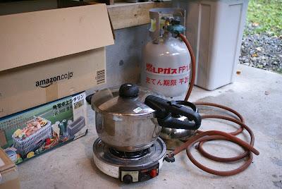 尾瀬檜枝岐村七入オートキャンプ場の炊事棟で自の圧力鍋を使う