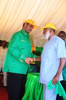 Mwenyekiti wa kampeni wa CCM Mh. Abdulrahman Kinana akimpongeza Bw