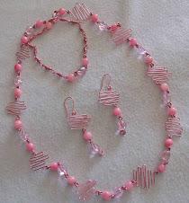 Collar en tonos rosa y alambre de aluminio Cod 2108