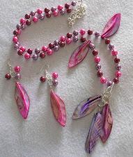 Cod 2146 Collar perlas fucia  lila con hojas de nácar