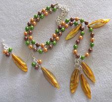 Cod 2145 Collar de perlas en tonos marrón, oro, verde y hojas de nácar tonos amarillos