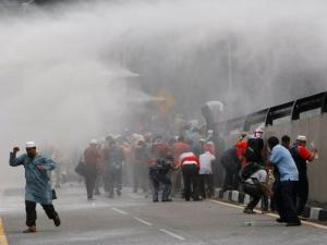 Polisi Malaysia Perlakukan Demonstran Bak Binatang