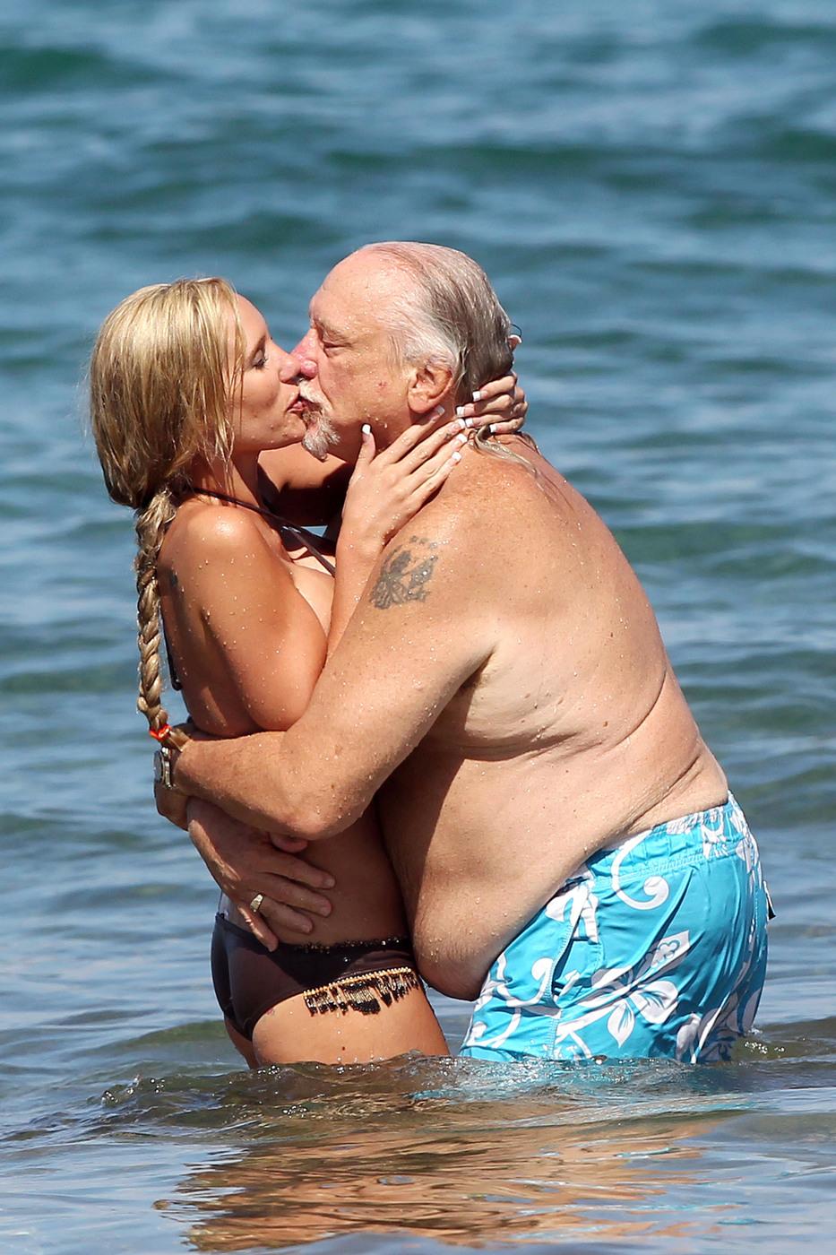 С любимой женой на пляже 19 фотография