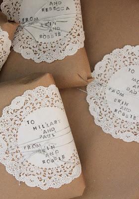 25 idées d'emballage cadeau par CocoFlower - dentelles et tampon