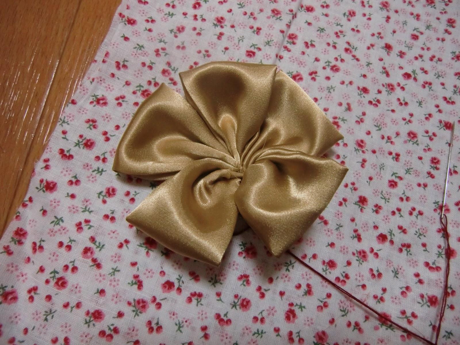 10. Jahit kain felt di belakangnya agar bunga tidak lepas-lepas.