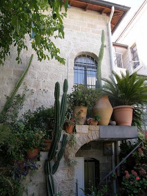 חלון בלגי עם סורגים בקיר אבן
