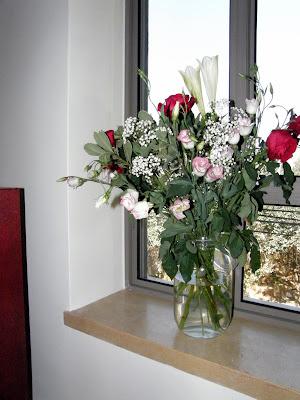 פינת חלון עם פרחים