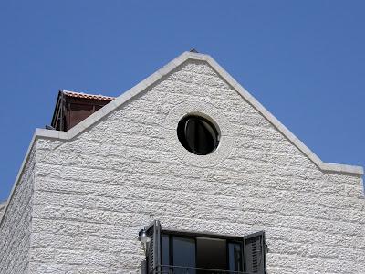 מבט אל החלון העגול מבחוץ