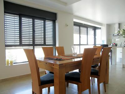 מבט אל המטבח ושימוש בתריסי אור על החלונות