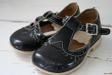 Söta slitna svarta flick-skor