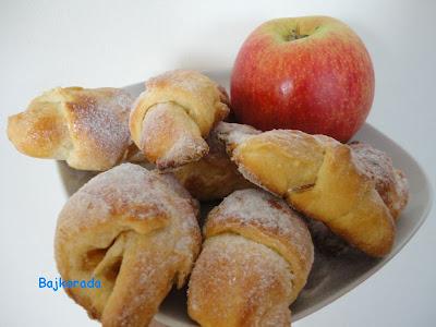 Rogaliki drożdżowe z jabłkami